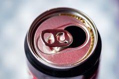 Uma lata aberta pronta para a bebida foto de stock