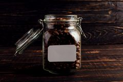 Uma lata de feijões de café está em uma tabela de madeira Lugar para o texto, espaço da cópia imagens de stock royalty free