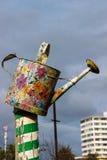 Uma lata molhando velha pintada com as decorações florais coloridas Fotos de Stock Royalty Free