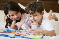 Uma leitura do Oriente Médio do irmão e da irmã Imagens de Stock Royalty Free