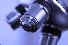 Uma lente do microscópio usado dentro fotografia de stock royalty free
