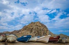 Uma linha de barcos de pesca prontos para o mar! Imagem de Stock Royalty Free