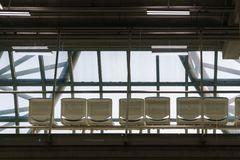 Uma linha de cadeiras de espera no aeroporto imagens de stock royalty free