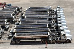 Uma linha de caminhões da construção Imagem de Stock