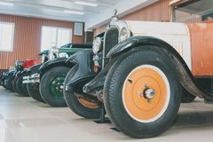 Uma linha de carros retros clássicos do século XX adiantado imagens de stock