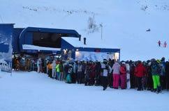 Uma linha de esquiadores e de snowboarders no elevador de esqui Woodyavr grande complexo (Kirovsk, Rússia) Fotos de Stock Royalty Free