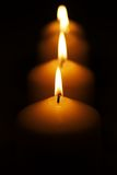 Uma linha de velas fotografia de stock