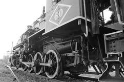 Uma locomotiva antiga espera para partir Imagem de Stock