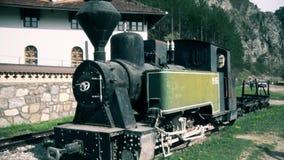 Uma locomotiva de vapor velha na estação video estoque