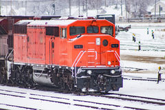 Uma locomotiva vermelha em uma jarda Railway Imagem de Stock Royalty Free