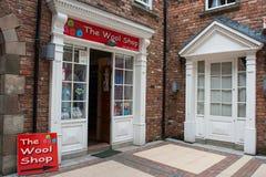 Uma loja catita da cidade com a arquitetura Georgian aberta para o negócio na Irlanda da cidade de Londonderry Fotografia de Stock Royalty Free