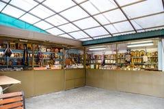 Uma loja da igreja Venda dos ícones e dos acessórios de atributos cristãos Fotografia de Stock Royalty Free