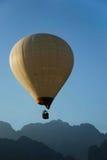 Uma luz - balão amarelo no Lao imagens de stock royalty free