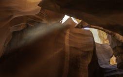 Uma luz solar que brilha na caverna superior do antílope para aumentar pelo pa da areia imagens de stock royalty free