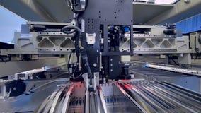 Uma máquina da produção da placa de circuito que trabalha em uma planta eletrônica da placa filme