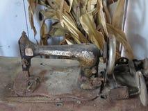 Uma máquina de costura moldou de lado para oxidar afastado foto de stock royalty free