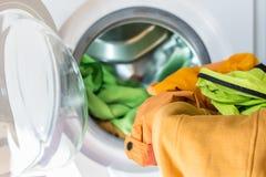 Uma máquina de lavar aberta com carga colorida Fotos de Stock Royalty Free