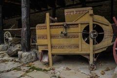 Uma máquina de tecelagem velha deixada sob a vertente foto de stock