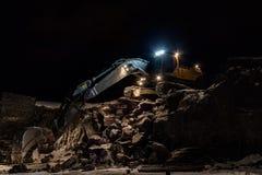 Uma máquina escavadora na lagoa azul Imagem de Stock