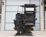 Uma máquina velha da máquina impressora que está sendo exibida na entrada do centro jornalístico em Tel Aviv Imagens de Stock Royalty Free