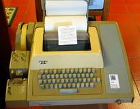 Uma máquina velha em um museu do computador imagens de stock