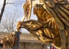 Uma m?scara de madeira de uma ?guia foto de stock royalty free