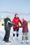 Uma mãe com crianças está patinando na pista de patinagem exterior fotos de stock royalty free