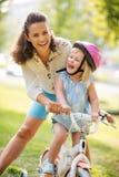 Uma mãe e uma filha na cidade estacionam fotografia de stock royalty free