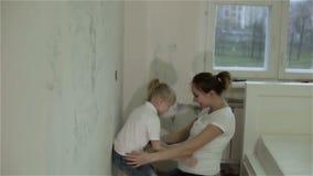 Uma mãe e uma filha que removem o papel de parede, o aplauso e o aperto filme