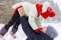 Uma mãe está jogando com sua filha no parque imagens de stock
