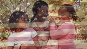 Uma mãe no uniforme militar com as filhas no parque filme