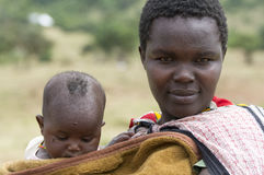 Uma mãe nova do Masai com seu bebê Fotografia de Stock