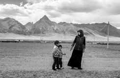 Uma mãe tibetana com seus pares de crianças Imagem de Stock