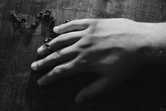 Uma mão com rosário Fotos de Stock Royalty Free