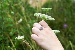 Uma mão com um anel Imagens de Stock