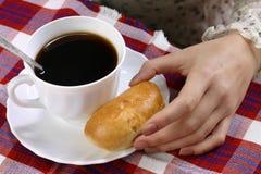 Uma mão com uma torta Imagens de Stock Royalty Free