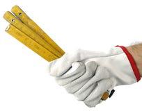 Uma mão com uma vara da jarda imagens de stock