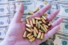 Uma mão completamente das balas - munição Fotografia de Stock