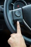 Uma mão da mulher empurra o botão do controle de volume Foto de Stock Royalty Free