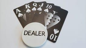 Uma mão de pôquer do resplendor reto com botão do negociante fotos de stock