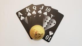 Uma mão de pôquer do resplendor reto com botão do negociante fotografia de stock royalty free
