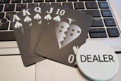 Uma mão de pôquer do resplendor reto com botão do negociante foto de stock