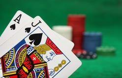 Uma mão de vencimento do blackjack imagens de stock
