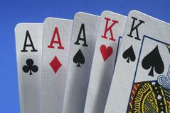 Uma mão de vencimento dos cartões. Fotos de Stock