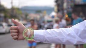 Uma mão do homem de negócios com o pulso de disparo futurista do holograma Realidade e futuro aumentados Fotografia de Stock Royalty Free