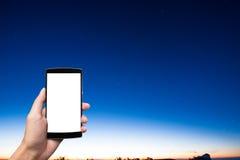 Uma mão do homem que guarda a tela vazia do telefone esperto Fotos de Stock Royalty Free