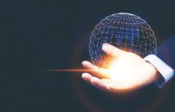Uma mão do homem que mantém a tecnologia de rede global digital digital imagem de stock