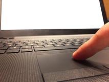 Uma mão masculina que empurra o touchpad do portátil, usando o trajeto de grampeamento do tela de computador imagem de stock