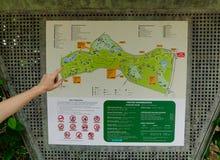Uma mão no mapa do parque da cidade em Singapura Fotografia de Stock Royalty Free