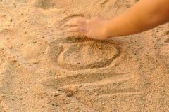 Uma mão que contorce-se de dor no assoalho do solo Imagem de Stock Royalty Free